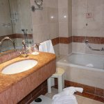 Short bathtub & towels and shaving mirror out of reach unless 6ft tall!