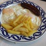 Huevos fritos con patatas y chorizo