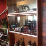 Hermosa vitrina ubicada en la Sala de Recepción, con diferentes huacos de las culturas de Perú.