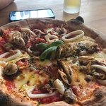 Deleted cloud Frutti de mare Pizza! Friendly smiley service . Outlook to the ocean . Perfect !