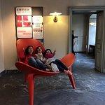 館內大椅子大到三個人坐都沒問題