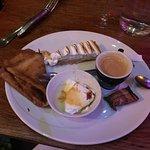Café gourmand : île flottante, crêpe, tarte citron