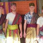 Desa sukarara masih menyimpan banyak tradisi lokal seperti menenun menggunakan alat traditional