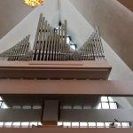 Unter dem Giebel, mit phantastischer Akustik, befindet sich die Orgel