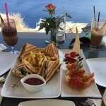 Club sandwich and shrimps caldera