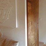 Porta antica materica restaurata per arredare interni moderni di tendenza minimal