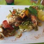 Brochette de la mer ( Saumon poisson crevette ) et ses légumes