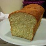 Pane fatto in casa con farina macinata a pietra e lievito madre vivo