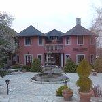 Красивый дом и внутренний двор