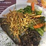 Filet de bar avec caviar d'aubergine et légumes, café