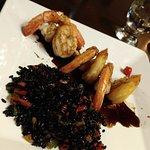 Camarões com arroz negro