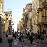 Merchant street, direzione verso Forte S.Elmo, a metà mattina