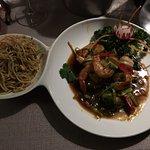 Crevettes au curry thaï et nouilles sautées