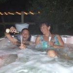 Une petite séance privatisée de jacuzzi en soirée avec Champagne !! So romantic !!