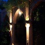 porte de notre riad la nuit magnifique...