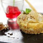 Helado de Torta del Casar con Nueces, bizcocho de Almendras y Gelatina de vino Ribera del Guadia