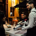 Seleccionar el vino adecuado para acompañar tu cena: un ritual Cabernet.