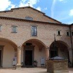 Il chiostro di Sant'Ubaldo col il pozzo