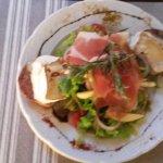 Salade andouille / camembert et jambon cru