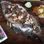 Berrugate asado con salsa de mini alcaparras a la matequilla y ajo (pesca del día)