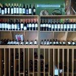 usted no puede comprar la felicidad . pero aquí puede comprar vino , que es casi lo mismo.