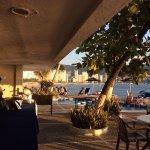 El restaurante tiene vista al mar y está junto a las albercas