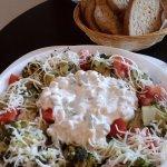 šalát Brokolo - čerstvá zelenina, dressing, cesnakové hrianky