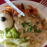 Filetes de seitán con guarnición de zanahoria hervida y col hervida y arroz