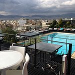 Petite piscine, terrasse et la vue sur Athènes.