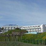 L'hôtel vue de la promenade par la mer
