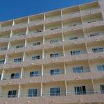 vista de frente las habitaciones que da la piscina donde es nuestro amigo es 518 frente de ascen