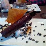 Tube de chocolat noir, mousse caramel, glace vanielle et craquant au chocolat