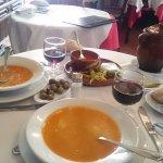 Sopa servida desde el jarro de greda, que contiene los garbanzos y demás.