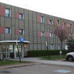 METZ (FRA). Hotel IBIS Budget Technopole. Entrée et parking.