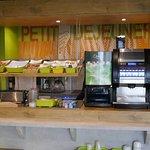 METZ (FRA). Hotel IBIS Budget Technopole. Le bar du petit déjeuner.