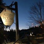 Foto de Alley House Grille