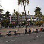 Una plaza al frente del hotel