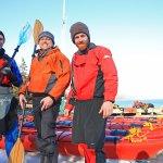 Une équipe de guides chevronnés en excursion de kayak hivernal.