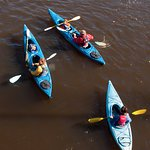 Groupe de kayakistes depuis le pont Leclerc à Baie-Saint-Paul.