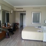 חדר מרווח מאוד דלקס עם מרפסת פונה לים ולבריכה מומלץ