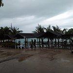บรรยากาศบริเวณท่าเรือในวันที่ฝนตก