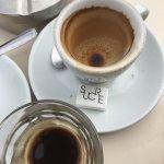 Etre contraint de reverser le café dans un verre car La tasse était vraiment salle sur Les bords