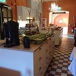 Breakfastroom with a very nice breakfast.