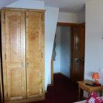 Ch.12 Vue vers l'entrée et le lit (à gauche) et la salle de bains (à droite)