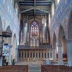 Blick auf den Altar mit der Orgel
