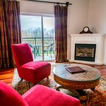 Paris Suite w/ Vallley View Balcony and Gas Fireplace