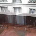 Balcon frente con cigarrillos en el piso.No esta prohibido fumar. O no atienden las n