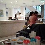 No habia lugar para desayunar y la gente desayunaba parada en el mostrador de la recepción.