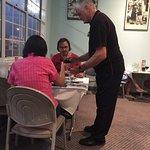 Will erklärt seinen Gästen die beste Abfolge von Rotwein & Steak