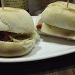 Hamburguesa de chorizo y bocadillo de bacon con queso